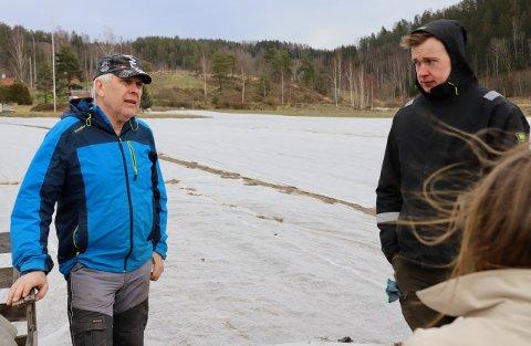 FORKLARER: Thor (t.v.) og Jens Graff forklarer situasjonen i landbruket under koronakrisen for ordfører Lene Conradi.