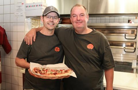 LEVERER HJEM IGJEN: Classic Pizza kjører nå pizza ut til kunder igjen. Her er Rune Leren og Peter Persson.