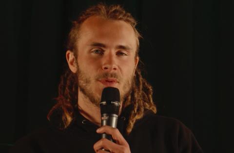 Endre Gryting slapp ny singel for en uke siden. Den framført han på scenen i Teglen.
