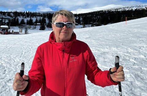 SPENT: Hilde Weseth (64) har søkt jobben som rektor på Sætre ungdomsskole, og bruker ventetida i påskefjellet. - Det er flott i fjellet nå, og jeg koser meg i slalombakken med barnebarna, sier hun.
