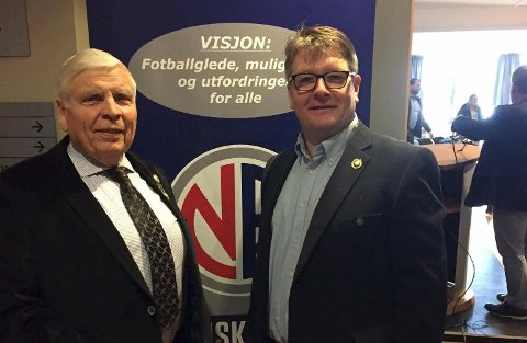 Eksklusivt: Per Gerhardsen og Espen Eriksen fra Sande Sportsklubb har begge æresmedlemskap og gullmerke fra Buskerud Fotballkrets. Foto: Geir Forsberg