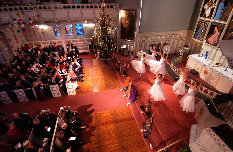 Elever fra Ballettskolen Sandefjord danser Juleevangeliet i Sandefjord kirke hver julaften. Her fra en julegudstjeneste i 2004.