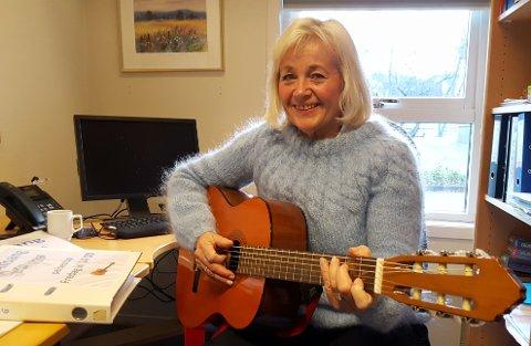 GITAR: Solveig Skalleberg Nilsen er glad i sang og musikk. Det får beboere og besøkende på Framnessenteret nyte godt av, når hun tar fram gitaren og inviterer til allsang hver fredag.