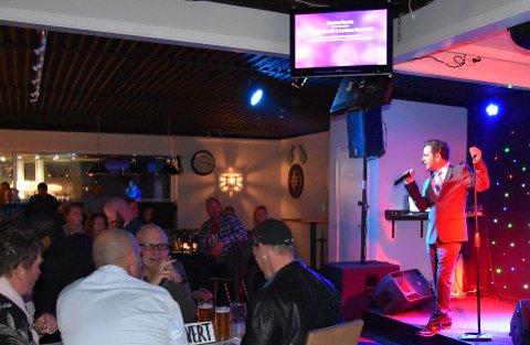 QUIZ OG KARAOKE: Zeljko Korovic er nominert til årets karaokevert. Her ønsker han velkommen til Haukerød Puben, som arrangerte NM i karaoke i 2018 ARKIVFOTO: Vibeke Bjerkaas