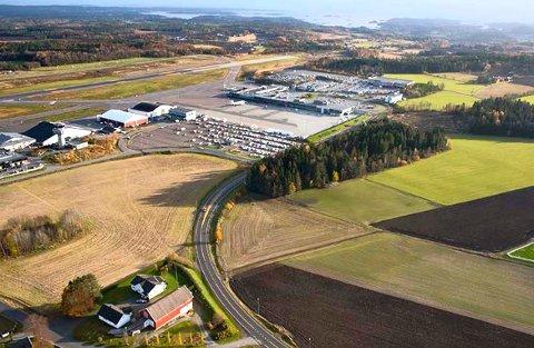 UNDERSØKELSER: Arbeider med å kartlegge jernbanekorridoren mellom Stokke, Torp og Virik er i full gang.