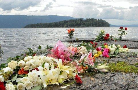 10 ÅR SIDEN: Blomster ble lagt ned på Utvika camping til minne om ofrene for terroraksjonen 22. juli. ARKIVFOTO: Anders Mehlum Hasle
