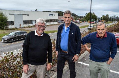 UTVIKLING: H-politiker Per-Eivind Johansen (f.v.), ordfører Bjørn Ole Gleditsch og Ap-politiker Nils Ingar Aabol med noe av den private delen i øst i bakgrunnen. Her ønsker de med omsorgssenteret å få fart på utviklingen av Stokke sentrum.