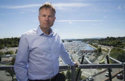 UTSIKT: Øystein Moan har flott utsikt fra terrasen utenfor kontoret i niende etasje i Visma-bygget på Skøyen.