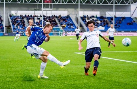 Ole Jørgen Halvorsen slik vi er vant til å se ham. Her slår han et innlegg i hjemmekampen mot Stabæk.