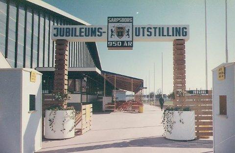 Inngangspartiet til Spartautstillingen. Det var en ganske ny idrettshall som huset to utstillingshaller i 1966. I og utenfor amfien var det rundt 200 stands og masse underholdning. (Fotograf: ukjent / Sarpsborg kommunes fotosamling)