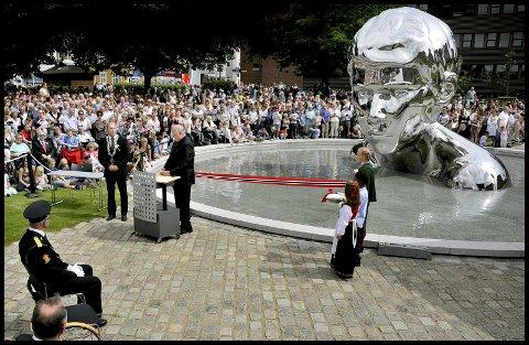 Kong Harald innvier skulpturen Genesis, som forestiller Olav Haraldsson som ung, på St. Marie plass i Sarpsborg i anledning byens 1000-års jubileum i 2016. Skulpturen er laget av den anerkjente norske kunstneren Finn Eirik Modahl. (Foto: Jarl Morten Andersen)