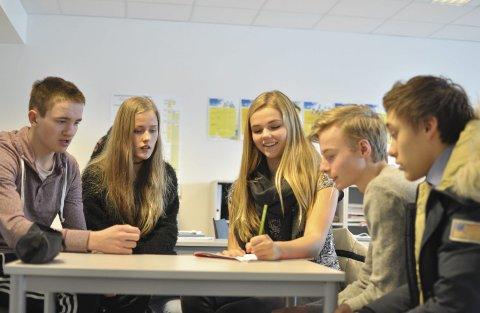 Lett: Ludvig Anthony (15), Maija Hauger (15), Andrine Berli (15), Sebastian Kaland (15) og Emil Stordahl (15) følger med på nyhetene uansett. Derfor synes de ikke det er vanskelig med quiz.