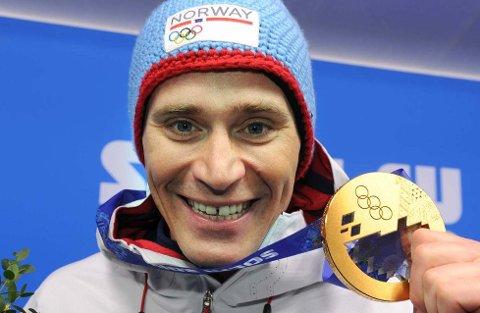 OLYMPISK MESTER: Ola Vigen Hattestad har sikret seg mange medaljer i de siste mesterskapene han har deltatt i. Her med OL-gullet fra Sotsji i 2014.