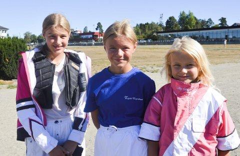 KOSTE SEG: F.v. Hermine, Hedvig og Lilly koste seg på Momarken i helgen.