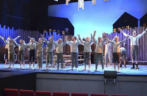 ENTUSIASTISKE: Barna i musikaloppsetningen til Eidsberg kulturskole klarte seg veldig bra på generalprøven for Oliver. Det er tiende året på rad kulturskolen har oppsetning.