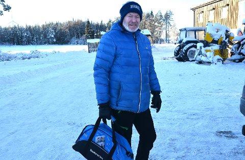 DUMT: – Det kan da ikke være farlig å gå helt alene i skispor enten løypa akkurat er på norsk eller svensk side av grensen, sier Kjell Sandli oppgitti over forbudet mot å gå gjennom hele løypa ved Kjølen sportcenter.