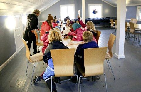 Tegner: Etter å ha hørt spennende fortellinger tegner barna hva de har opplevd i parken. Både Den grå dame, Huldra og Nøkken var representert.