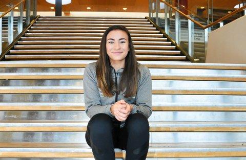 BIDRAR: Katinka Lillevik og Gjerpen-spillerne har kommet opp med et påfunn som ledelsen i klubben håper bidrar til penger i kassa. Foto: Kristian Holtan