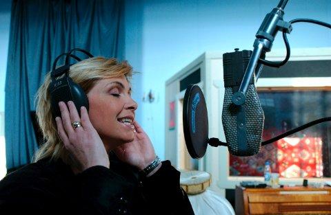 JUKE JOINT: Notodden Bluesband & Torhild Sivertsen gikk i Juke Joint Studio og skapte en flott plate for noen år siden. Her legger  Torhild legger på vokal (Foto: Knut Henning Slettemo)