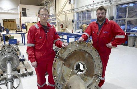 Klargjort: Ole Aksel Torp (til venstre) og Ole Fredrik Randgaard viser fram rengjort pumpeutstyr.