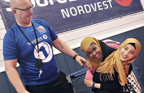 Kompis: Arne Olsen har nylig hatt Fatima Riad Alahmad og Ritaj Abdullahi Hussein med på brytetrening. Et samarbeid mellom idrettslag i Kristiansund og kommunen gjør at flerspråklige elever får prøve seg på ulike idretter for lettere å bli integrert i Norge.