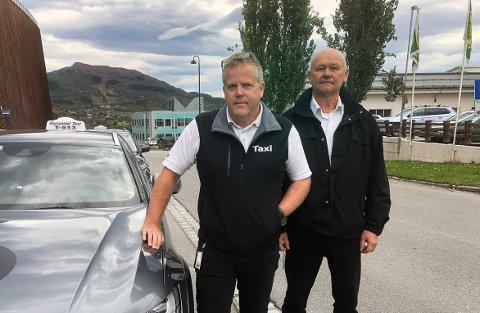 PIRATKJØRING: Styreleder Jo Inge Øverland og daglig leder Lars Olav Stenberg i Surnadal Taxi opplever at det er flere som tilbyr persontransport mot betaling, selv om de ikke har lov til det. Sammen med politiet håper de at både piratsjåførene og publikum setter seg inn i det strenge regelverket som regulerer drosjekjøring og at piratkjøring er forbudt og straffbart.