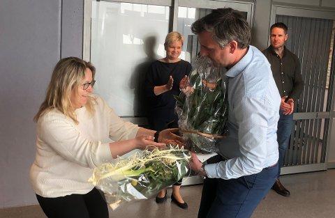 UTVIKLER: Kathrine Mauset fra Surnadal Sparebank var blant dem som kom med blomsterhilsen til Nils Håvar Øyås og Takstmann Øyås AS som feiret nye lokaler og stadig vekst for firmaet i april i år. Nå søker Øyås om forlenget fritak fra sine politiske verv begrunnet med veksten firmaet hans opplever.