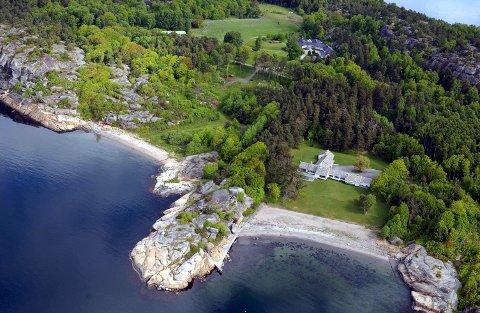 SKOGAN GÅRD: Brygga eieren ønsker utvidet med flytebrygge ligger midt på bildet. Flyfotoet er tatt i 2004. Den nærmeste hytta er senere revet og ble erstattet med ei ny i 2016. Eiendommen ligger ytterst på Østerøya, mellom Mefjorden (nærmest) og Tønsbergsfjorden.