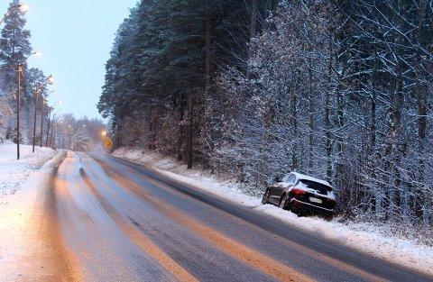 Kjører du fortsatt på sommerdekk, er det fort gjort å miste kontrollen på vinterføret som er varslet til helgen.