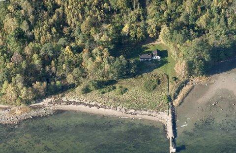 Tjue familier kom på visning på hytta som ligger ganske fredelig til langs kyststien mellom Borre og Åsgårdstrand.