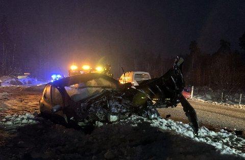 STORE SKADER: De involverte bilene har store skader. Bilene ligger i grøfta på hver sin side av veien.
