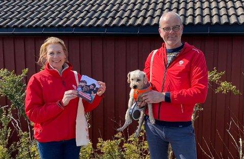 AKSJON: Trude Viola Nordli og Jon Sanness Andersen delte ut flyveblader i Vestskogen-området under landsmøtet.