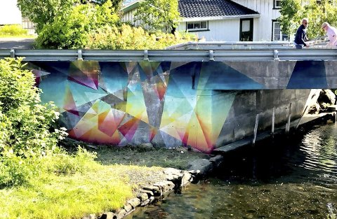 Utsmykning: Marius Martinussen har dekorert betongbroa på riksvei 411 i Sagesund med friske farger. Nå håper Galleri Sagesund at kunstverket kan bli stående.