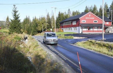 Gang- og sykkelveien kommer blant annet forbi Høgtun bedehus, og skal anlegges på venstre side (vestsiden) av fylkesveien her. Det skal også lages busslommer ved innkjøringen til Kongeveien i samme område.