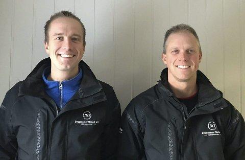 Byggmestre: Brødrene Ola Henrik (t.v.) og Stian Olstad er begge byggmestre, og eier firmaet Byggmester Olstad AS i Åmli, som har kjøpt tomt og skal bygge et næringsbygg for egen virksomhet.Privat foto