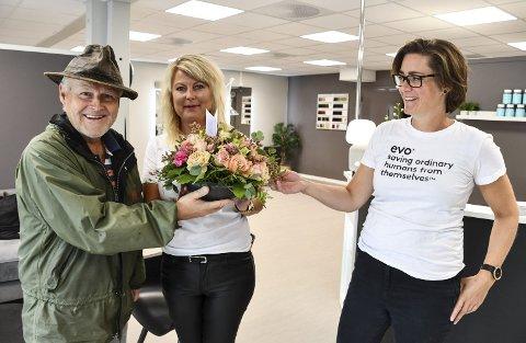 Hyggelig velkomst: Huseier Kjell Lunde kom fredag med blomster til Åse Hilde Braaten og Kathrine Sterk-Hansen. Mandag åpner de dørene til den nye frisørsalongen. Foto: Marianne Drivdal