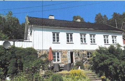 Grønland: Slik ser boligen ut i dag. Huseierne ønsker blant annet å heve taket og oppføre to balkonger. Foto: Tvedestrand kommune
