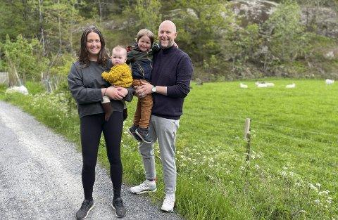 Stortrives: Ekteparet Guro Hovland og Sverre Øvrelid Steen flyttet med barna Margaret og Eskil til Sandøya tidligere i år.