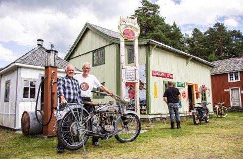 På glansa papir: Rolf Vold (t.v.) ved sin «kalenderpike», en Harley-Davidson fra 1916, sammen med Arne Bjørn Hoel, løpsleder i Norsk Indian Klubb og ildsjel, som blant annet har bidratt sterkt til å gjøre den hundre år gamle bensinbua rett bak dem til en tidsriktig Tiger-stasjon.