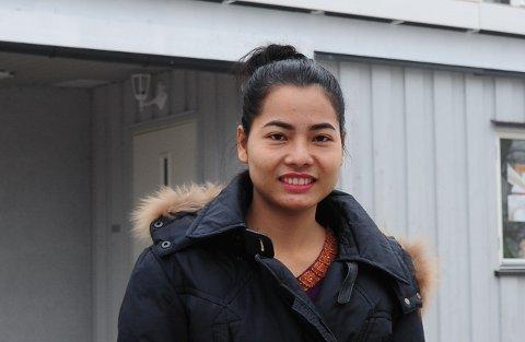 DRIFTIG: Tay foran huset i Nyveien, der hun bor med mannen Richard, og samtidig driver egen salong i kjelleren. Inntektene har gjort det mulig å kjøpe hus til hennes familiemedlemmer i Thailand.