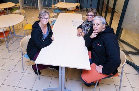 UENIGE: – Lenger arbeidstid er upopulært. Mange får i tillegg lenger reisevei til og fra jobb, forklarer tillitsvalgt Iren Bekkevold Berg (i midten), her sammen med Nina Johnsgård og Marit Larsen (til v.) som også er i Fagforbundet. FOTO: VIDAR SANDNES