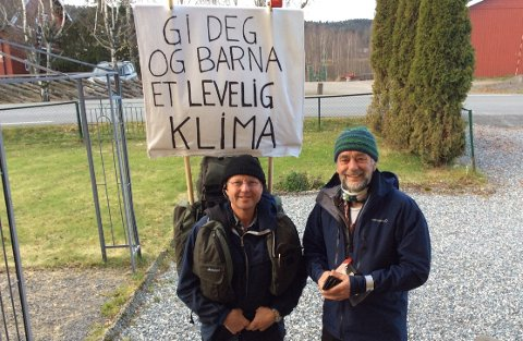 MELLOMLANDINGPÅAARAAS:Klimaaktivist Thomas Cottis (t.v.) sammen med Norges Vel kontakt Johan Ellingsen.