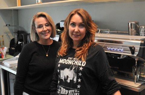 KLIPPOGKAFFE: Kristín Björk Viðarsdóttir (t.v.) og Karianne Ensrud Sørvig har overtatt den gamle kaffemaskina til Nittedal landhandleri, men ellers er det mye de må handle inn før de kan åpne kaffebar forhåpentligvis i løpet av september.