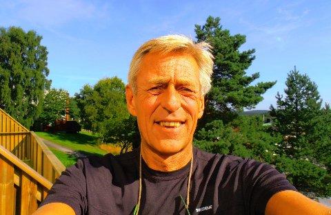 VAKSINEKLAR:Arnfinn Eduardsen på Nygård er glad i å reise og følger mer enn de fleste med på leveransene av koronavaksine.