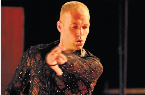 GIR OPP: Nederlenderen Raymond Sarlemijn er tidligere verdensmester i dans. De siste 17 årene har han bodd i Norge, blant annet i Hakadal. Han har drevet selskapet RS Dance DA. Nå har koronaen fjernet livsgrunnlaget for danseren og selskapet er meldt oppløst.