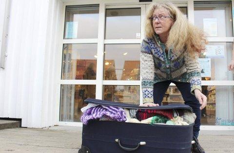 FULLE KOFFERTER: Hanne Lunder får plass til mye i koffertene hun tar med seg til Guatemala.