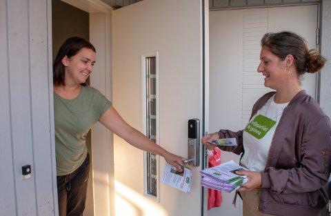 HØRTE IKKE PÅ VELGERNE: - Ved å utelate oss fra forhandlingene så har ikke Ap lyttet på velgerne, mener Louise Brunborg-Næss. Her er MDG-toppen på dørbanking under valgkampen.