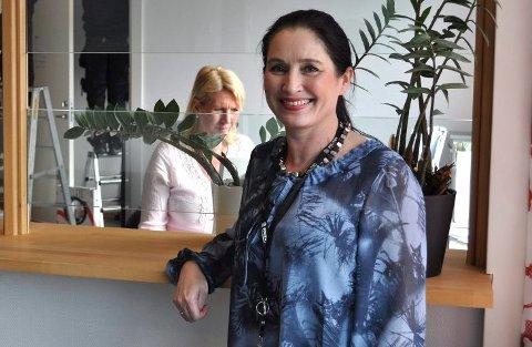ØKT BEMANNING: Seksjonssjef forvaltningsseksjonen, Heidi Vinsrud har hentet inn mange nye ansatte for å ta seg av alle de som nå trenger å fornye passet sitt.