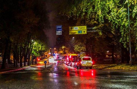 LETTE: Hele tirsdag kveld kjørte politipatruljer i Tønsberg sentrum på leting etter mannen som tidligere på kvelden ble stukket med kniv i foten.