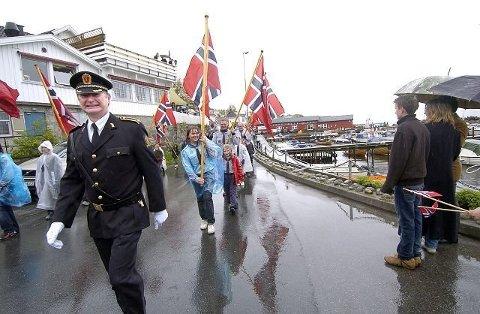VÅT FORNØYELSE: Politioverbetjent Bjørn Brekke ved Frogn lensmannskontor gjør et tappert forsøk på å smile i regnværet. Slik står bildeteksten fra 17.mai 2008. Foto: Christian Clausen